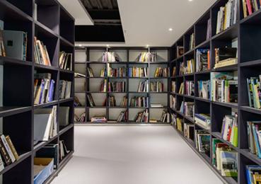 利用书柜及移动办公家具,还有绿植充当隔断,形成半封闭空间格局,不影响视觉的通透感。